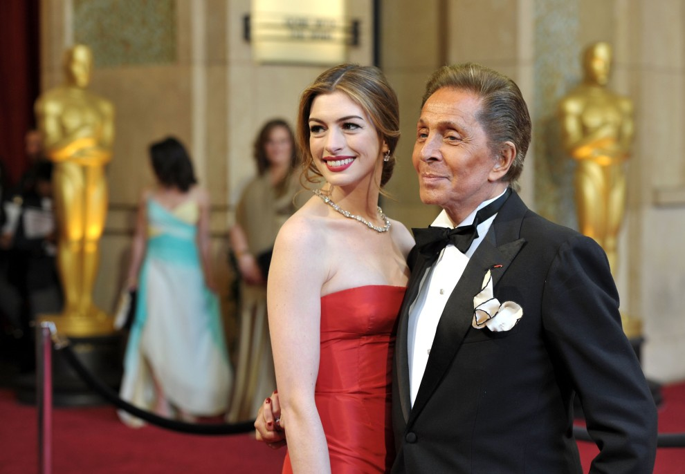 13. USA, Hollywood, 27 lutego 2011: Anne Hathaway i Valentino pozują do zdjęć przed Kodak Theatre. (Foto: John Shearer/Getty Images)