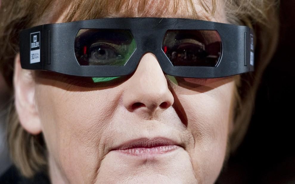 """14. NIEMCY, Berlin, 13 lutego 2011:  Angela Merkel w okluarach 3D na pkazie premierowym filmu """"Pina"""". AFP PHOTO / JOHANNES EISELE"""