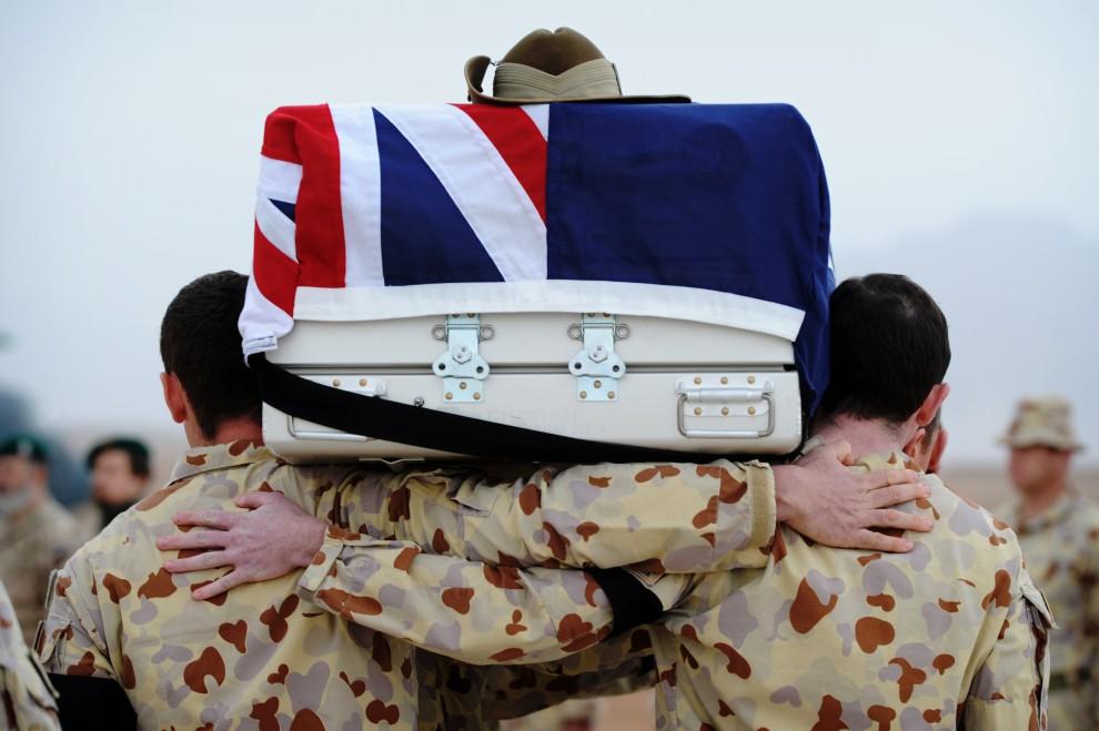 14. AFGANISTAN, Tarin Kowt, 6 lutego 2011: Australijscy żołnierze niosą trumnę z ciałe zabitego kolegi. AFP PHOTO / HO / ISAF / AUSTRALIAN DEPT OF DEFENSE /   CHRISTOPHER DICKSON