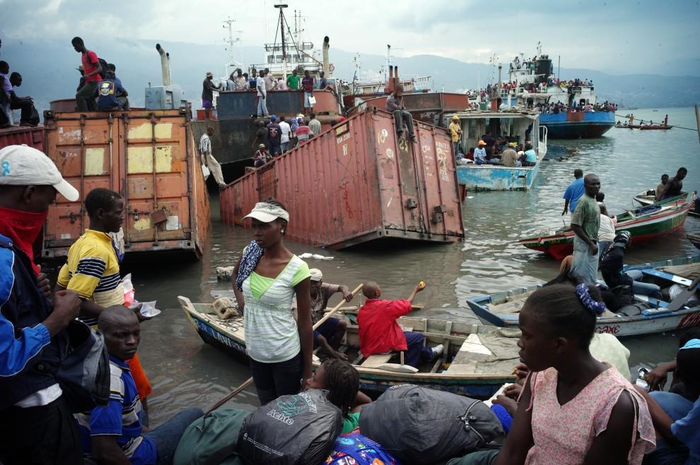 """14.HAITI, Port-au-Prince, 19 stycznia 2010: Olivier Laban-Mattei, I nagroda w kategorii """"Wydarzenia -reportaż"""". Na zdjęciu haitańczycy uciekąjący łódkami z Port-au-Prince. AFP PHOTO / OLIVIER LABAN-MATTEI"""