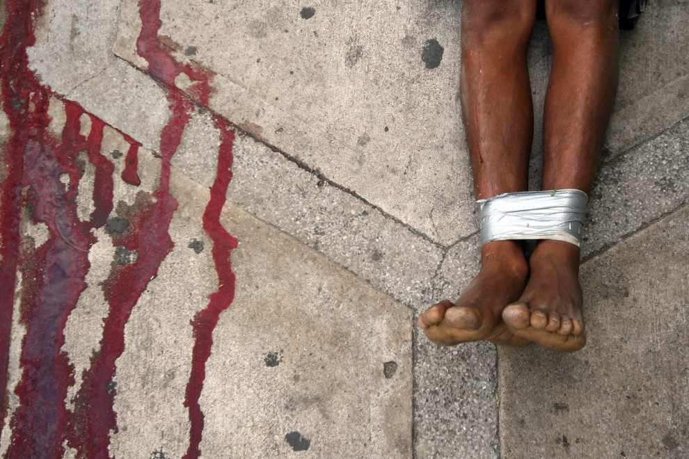 15. MEKSYK, Acapulco, 5 lutego 2011: Zabity mężczyzna – kolejną z ofiar wojny narkotykowej trwającej w Meksyku.  AFP PHOTO/Pedro Pardo