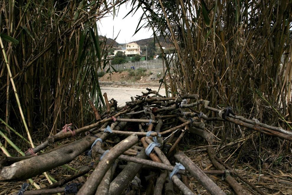 15. MAROKO, Castillejos, 29 września 2005: Prowizoryczne drabiny ukryte w pobliżu płotu oddzielającego terytorium Maroko i Hiszpanii. AFP PHOTO/ JOSÉ LUIS ROCA