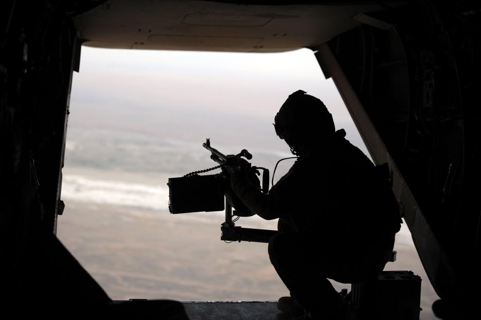 16. AFGANISTAN, Gamser, 17 lutego 2011: Żołnierz piechoty morskiej na pokładzie śmigłowca. AFP PHOTO / ADEK BERRY
