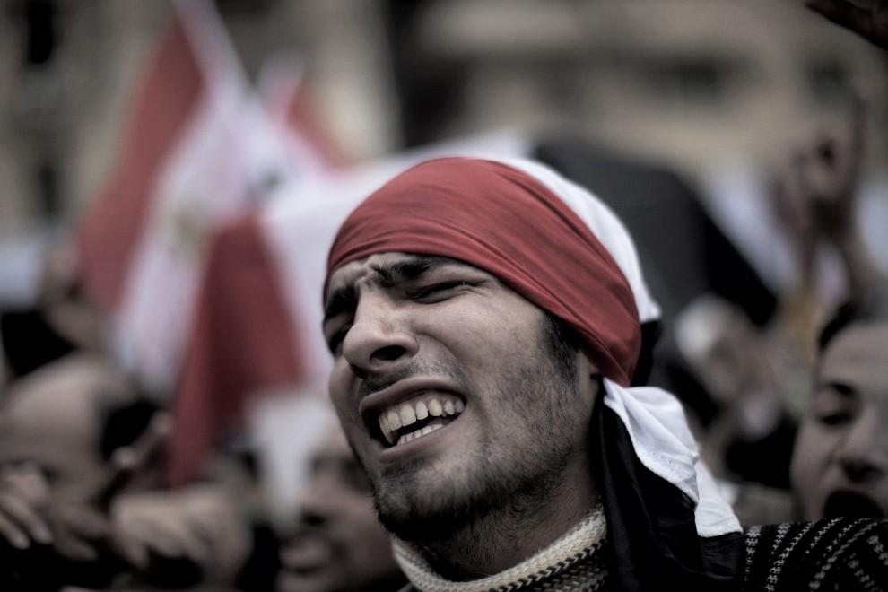 16. EGIPT, Kair, 7 lutego 2011: Mężczyzna uczestniczący w pogrzebie Ahmeda Mohammeda Mahmuda – dziennikarza zabitego podczas zamieszek. AFP PHOTO/MARCO LONGARI