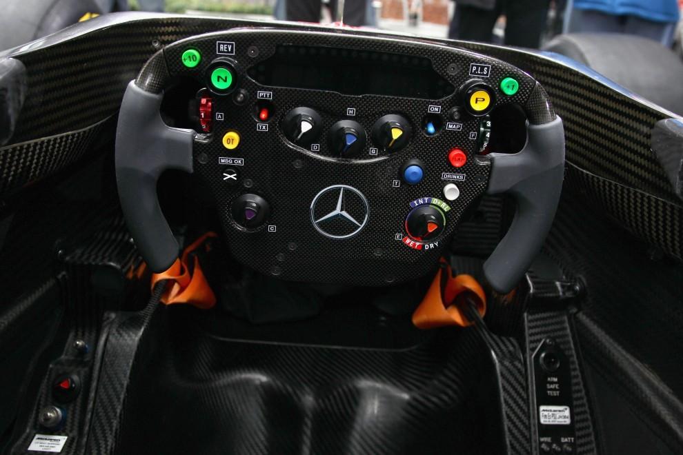16. NIEMCY, Berlin, 4 lutego 2011: Zbliżenie kierownicy bolidu McLaren Mercedes MP4-26. (Foto:  Andreas Rentz/Bongarts/Getty Images)
