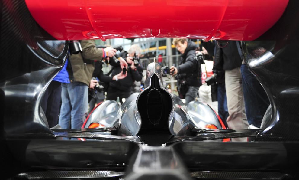 17. NIEMCY, Berlin, 4 lutego 2011: Sesja fotograficzna z udziałem  bolidu McLaren Mercedes MP4-26. AFP PHOTO / JOHANNES EISELE