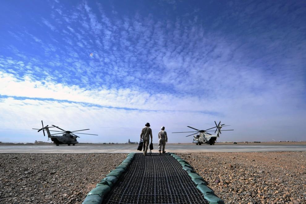 17. AFGANISTAN, Gamser, 16 lutego 2011: Piloci zmierzają w kierunku śmigłowców CH-53 na lądowisku w bazie wojskowej. AFP PHOTO / ADEK BERRY