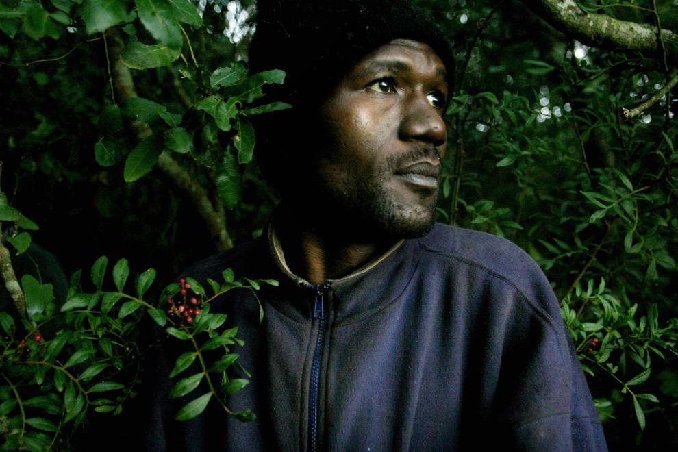 17. MAROKO, Bel, Younech, 27 grudnia 2005: Mężczyzna ukrywający się w lesie czeka na dogodny moment aby przedostać się na terytorium Hiszpanii. AFP PHOTO/ JOSÉ LUIS ROCA.