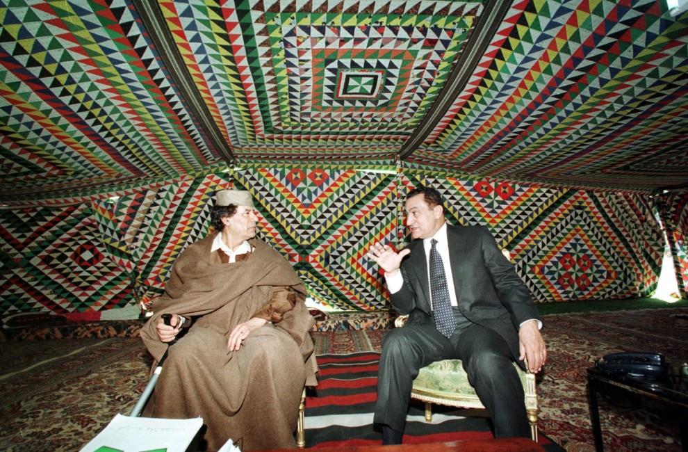 17. EGIPT, Kair, 6 marca 1999: Muammar al-Kaddafi podczas spotkania z prezydentem Egiptu Hosni Mubarakiem. AFP