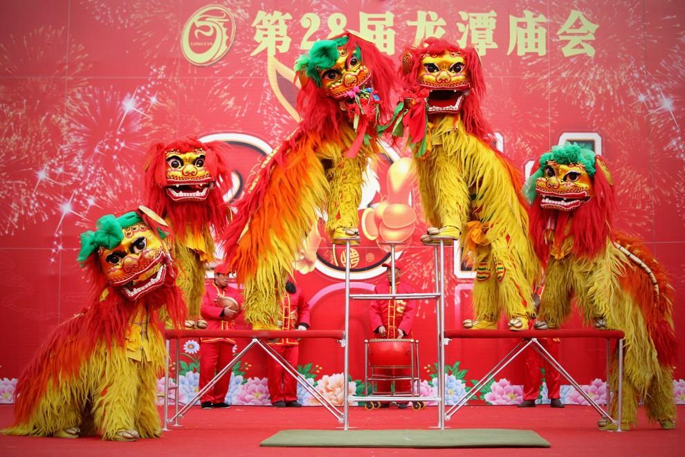 """17. CHINY, Pekin, 4 lutego 2011: Artyści wykonują """"taniec lwa"""" podczas uroczystości noworocznych. (Foto: Feng Li/Getty Images)"""
