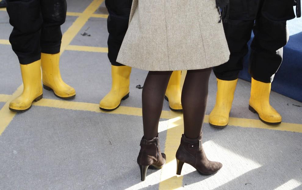 18. WIELKA BRYTANIA, Bangor, 24 lutego 2011: Kate Middleton rozmawia z załogą wodowanej łodzi ratunkowej. AFP PHOTO/Phil Noble/POOL