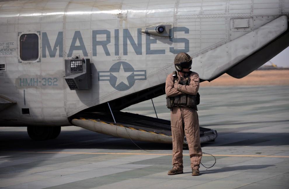 18. AFGANISTAN, Gamser, 16 lutego 2011: Pilot śmigłowca CH-53 stoi obok swojej maszyny. AFP PHOTO / ADEK BERRY