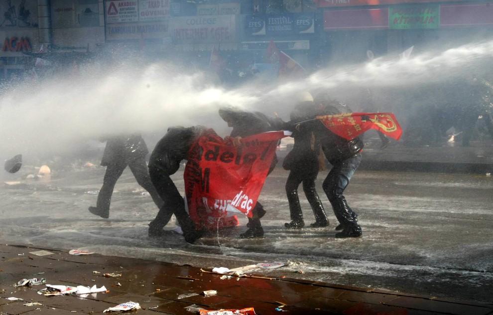 18. TURCJA, Ankara, 3 lutego 2011: Policja rozpędza demonstrację zorganizowaną przez związki zawodowe. AFP PHOTO/ADEM ALTAN
