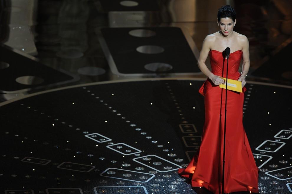 """18. USA, Hollywood, 27 lutego 2011: Sandra Bullock ogłasza zwycięzcę w kategorii """"najlepszy aktor pierwszoplanowy"""". AFP PHOTO / GABRIEL BOUYS"""