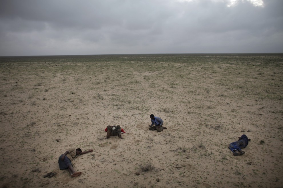 """18.SOMALILAND, marzec 2010: Kanadyjczyk Ed Ou, pierwsza nagroda World Press Photo w kategorii """"Problemy współczesności - reportaż"""". Zdjęcie przedstawia somalijskich uchodźców, którzy odpoczywają na pustyni. PAP/EPA"""