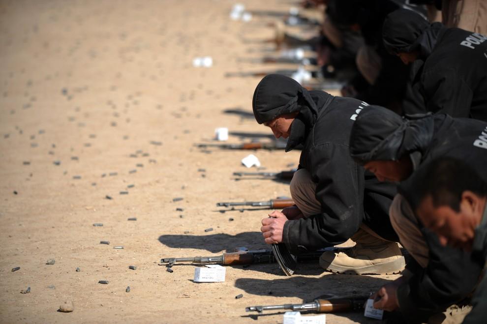 19. AFGANISTAN, Lashkar Gah, 17 lutego 2011: Afgańscy policjanci w trakcie szkolenia na strzelnicy. AFP PHOTO/ADEK BERRY