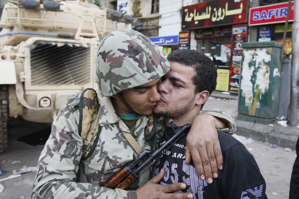 19. EGIPT, Kair, 29 stycznia 2011: Mężczyzna całuje żołnierza na posterunku wojskowym w centrum miasta. AFP PHOTO/MOHAMMED ABED