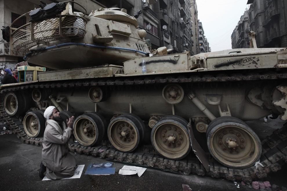 19. EGITP, Kair, 5 lutego 2011: Mężczyzna modlący się na placu Tahrir. AFP PHOTO/MARCO LONGARI