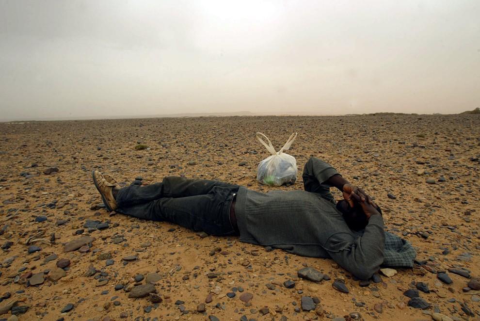 19. MAROKO, Sahara, 8 października 2005: Mężczyzna zatrzymany przez policję podczas próby przedostania się na terytorium jednej z Hiszpańskich eksklaw. AFP