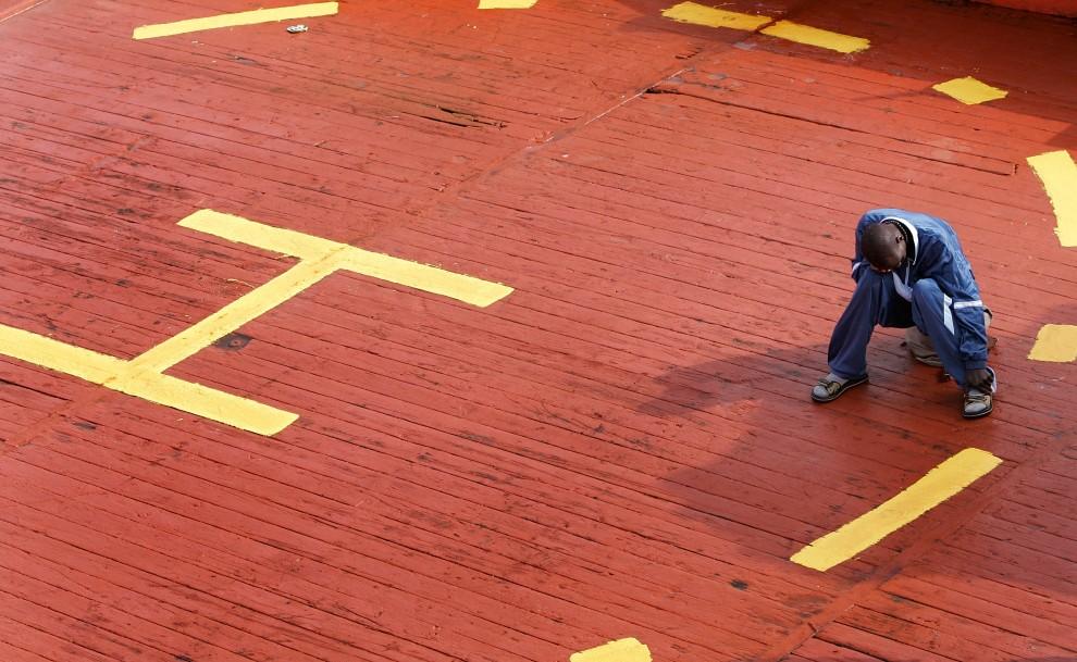 1. HISZPANIA, Los Cristianos, 9 sierpnia 2008: Imigrant z Afryki wyłowiony przez Hiszpańską straż przybrzeżną. AFP PHOTO / DESIREE MARTIN