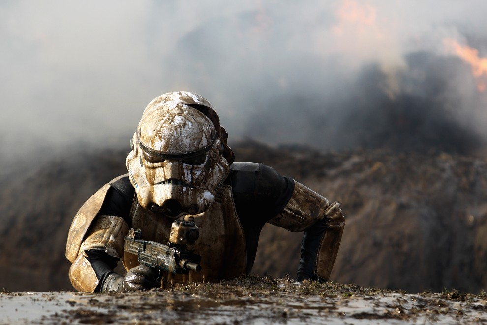 """1. WIELKA BRYTNIA, Perton, 30 stycznia 2011: Uczestnik biegu przełajowego """" Tough Guy Challenge"""" w stroju szturmowca. (Foto: Dean Mouhtaropoulos/Getty Images)"""