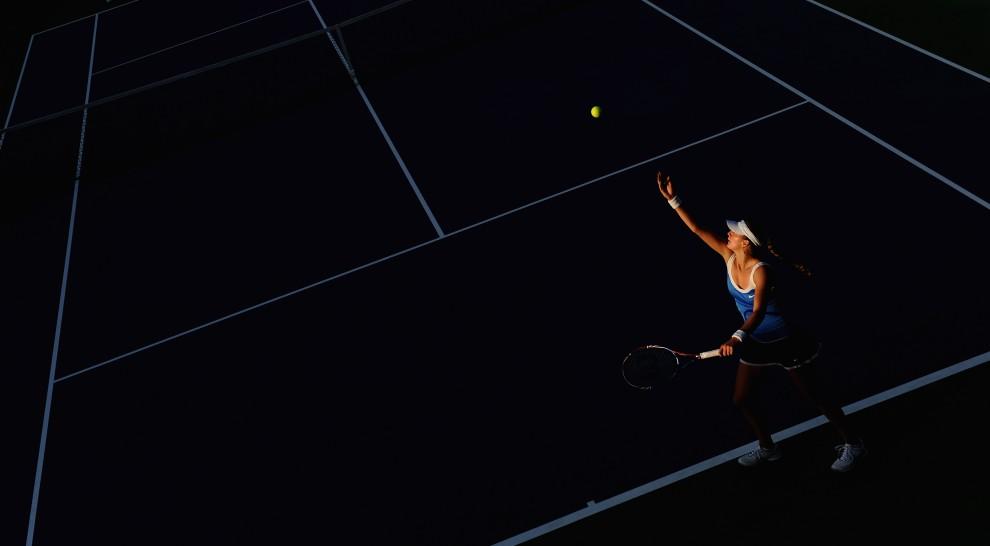 1. ZJEDNOCZONE EMIRATY ARABSKIE, Dubaj, 15 lutego 20011: Petra Kvitova serwuje w meczu z Japonką, Ayumi Morita. (Foto:  Michael Regan/Getty Images)