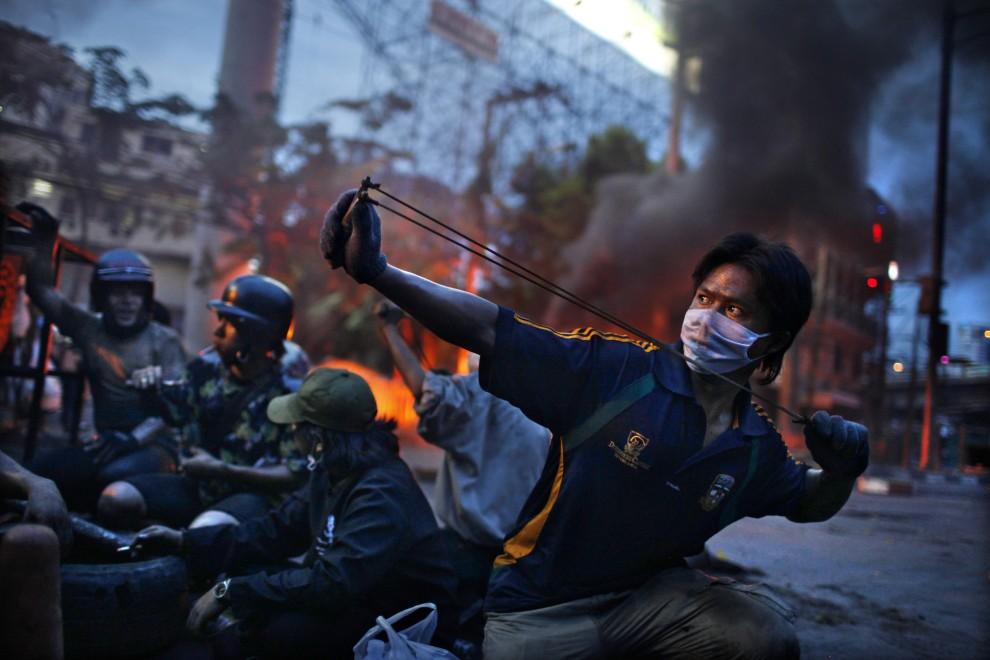 """1.TAJLANDIA, maj 2010: Francuz Corentin Fohlen zdobył II nagrodę World Press Photo w kategorii """"Wydarzenia w zbliżeniu - zdjęcia pojedyncze"""" za   fotografię przedstawiającą antyrządowe zamieszki w Tajlandii. PAP/EPA."""