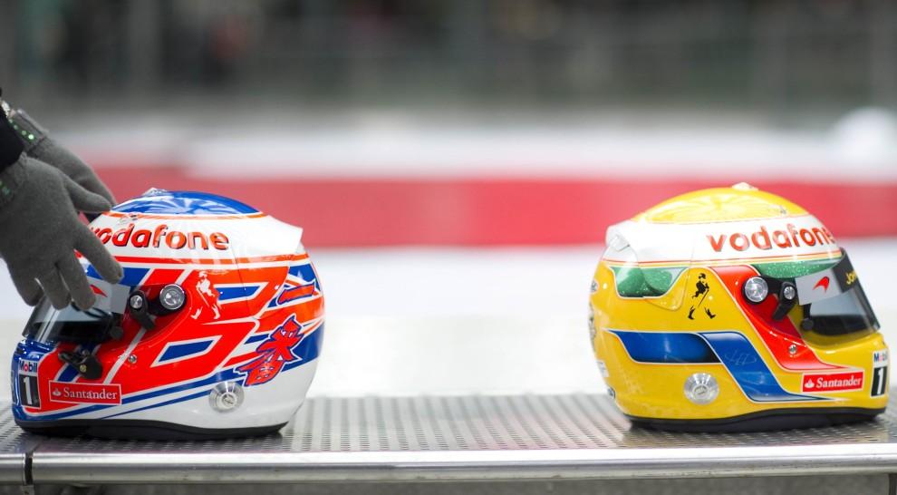 20. NIEMCY, Berlin, 4 lutego 2011: Kaski kierowców zespołu McLaren – Jensona Buttona i Lewisa Hamiltona. AFP PHOTO / JOHANNES EISELE