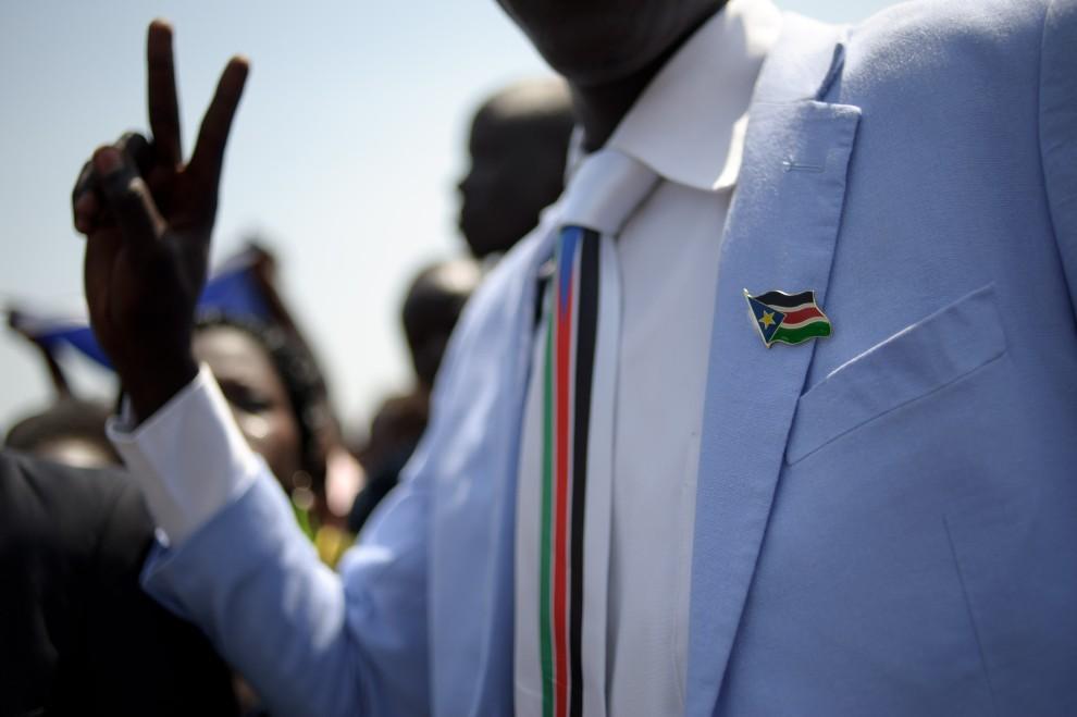 20. SUDAN, Juba, 30 stycznia 2011: Mężczyzna cieszy się z ogłoszenia, jeszcze nieoficjalnych, wyników referendum, w którym Sudańczycy opowiedzieli się za   podzieleniem Sudanu na część południową i część północną. AFP PHOTO/PHIL MOORE