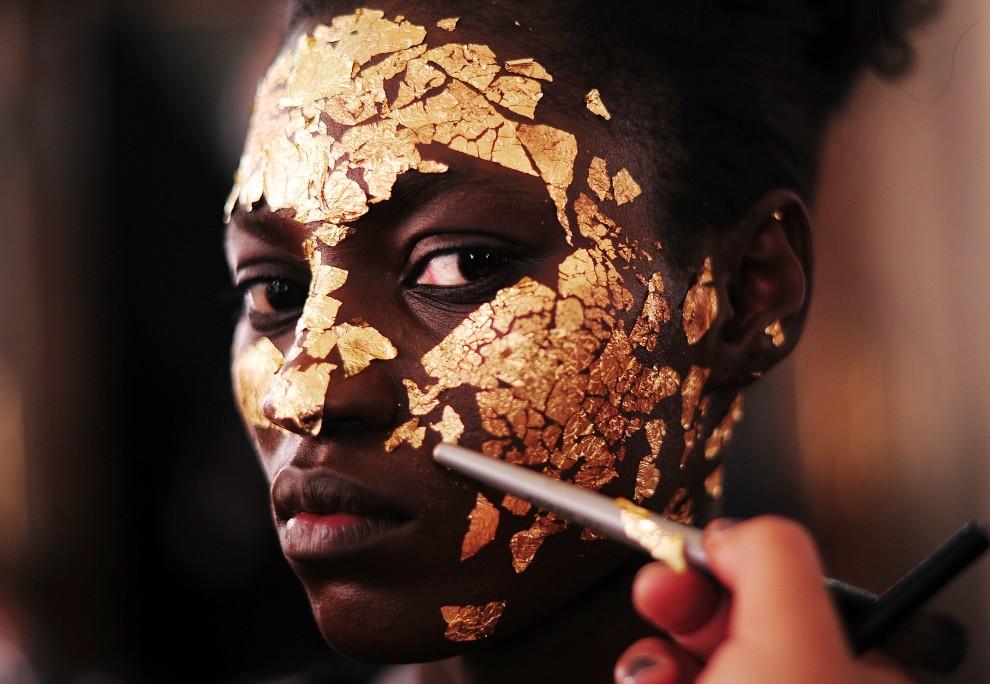 20. WIELKA BRYTANIA, Londyn, 20 lutego 2011: Modelka przed pokazem Vivienne Westwood. AFP PHOTO/Carl de Souza