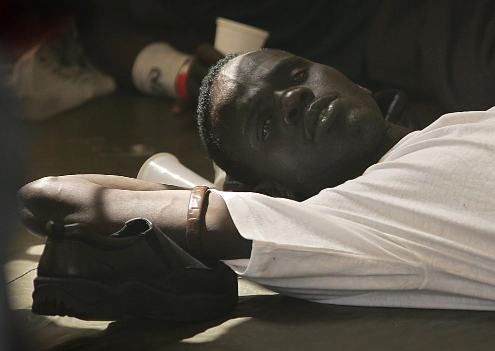 20. HISZPANIA, Los Cristianos, 16 sierpnia 2006: Mężczyzn, który usiłował przedostać się na terytorium Hiszpanii odpoczywa w namiocie Czerwonego Krzyża. AFP PHOTO / DESIREE MARTIN