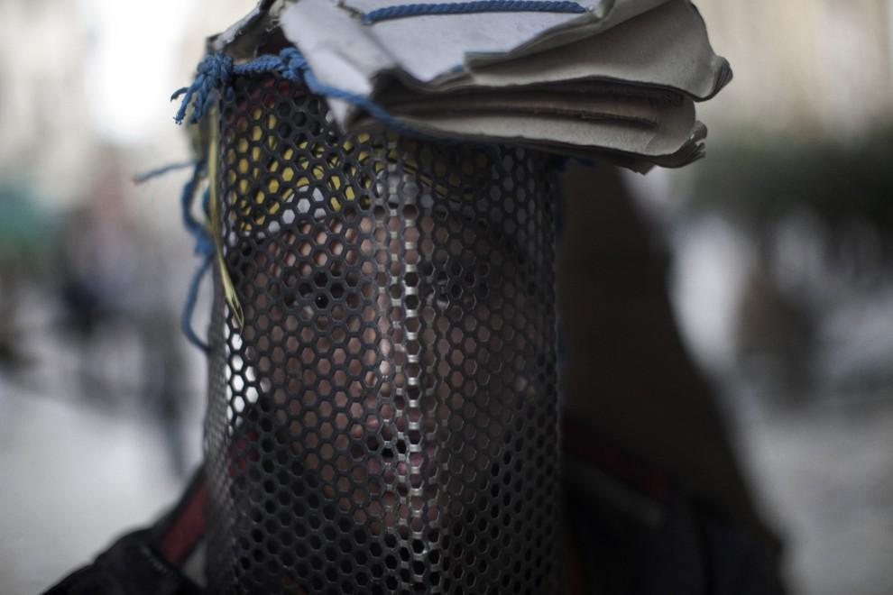 21. EGITP, Kair, 4 lutego 2011: Uczestnik protestów antyrządowych w prowizorycznej masce chroniącej go przed urazami. AFP PHOTO/MARCO LONGARI