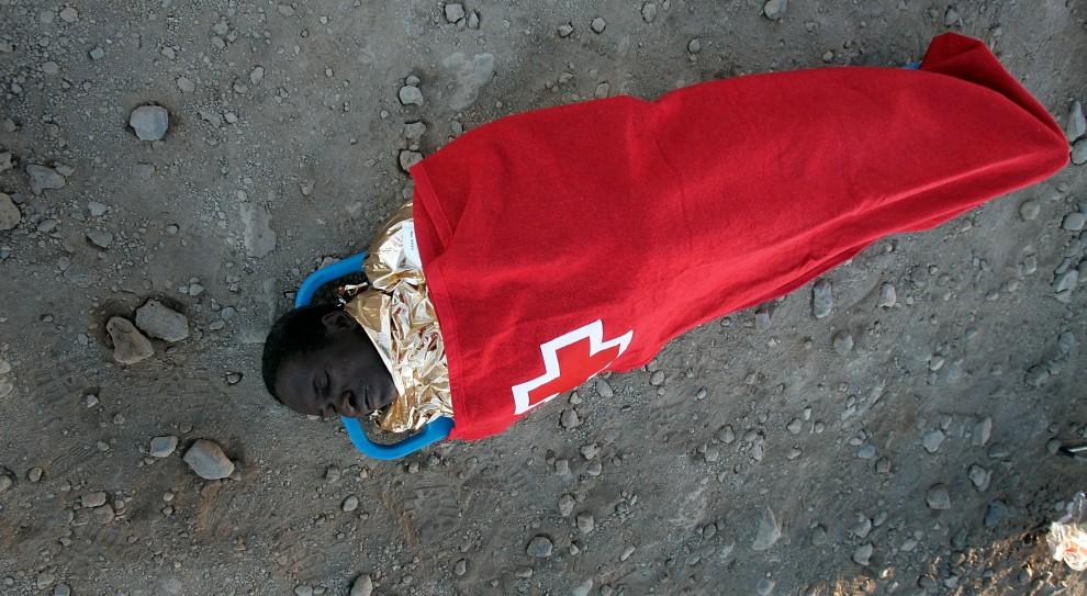 21. HISZPANIA, La Tejita, 5 lipca 2008: Mężczyzna wyłowiony przez straż przybrzeżną leży na plaży na teneryfie. AFP PHOTO / DESIREE MARTIN