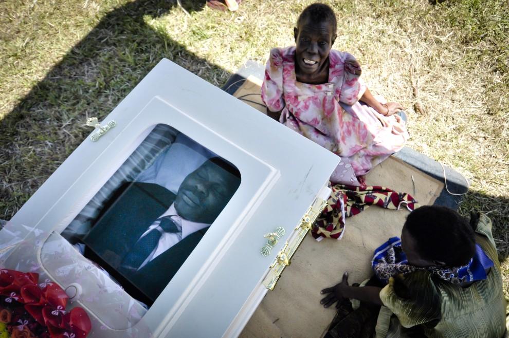 21. UGANDA, Mataba, 28 stycznia 2011: Płacząca kobieta na pogrzebie Davida Kato – zamordowanego aktywisty i twórcy ruchu na rzecz praw homoseksualistów. AFP PHOTO/Marc Hofer