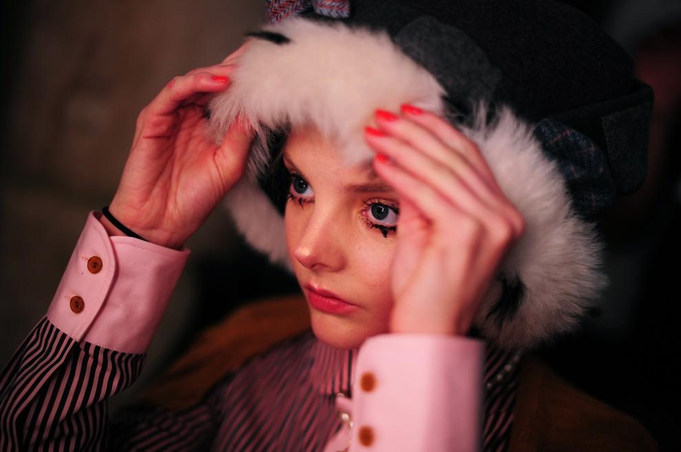 21. WIELKA BRYTANIA, Londyn, 20 lutego 2011: Modelka za kulisami pokazu Vivienne Westwood. AFP PHOTO/Carl de Souza