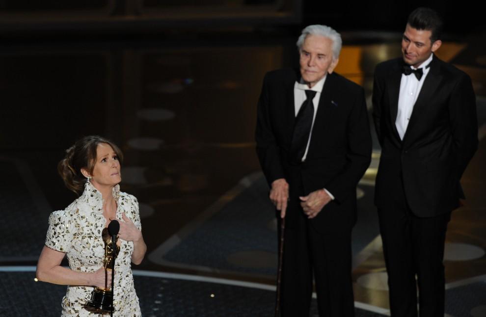 21. USA, Hollywood, 27 lutego 2011: Melissa Leo ze statuetką dla aktorki drugoplanowej. AFP PHOTO / GABRIEL BOUYS