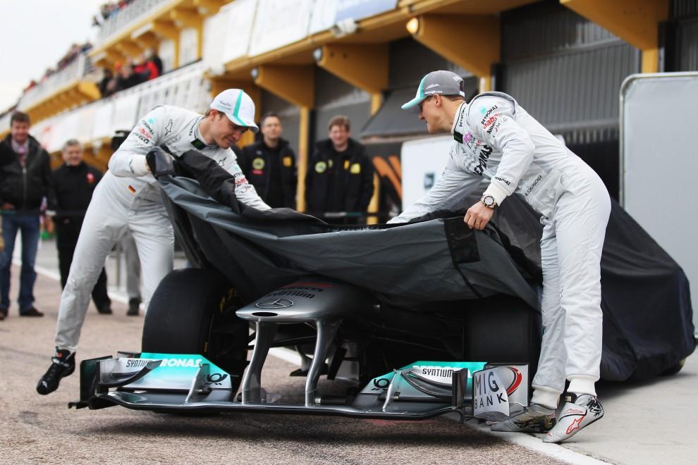 21. HISZPANIA, Walencja, 1 lutego 2011: Nico Rosberg (po lewej) i Michael Schumacher (po prawej) odsłaniają nowy bolid - Mercedes MGP W02. (Foto: Mark Thompson/Getty Images)
