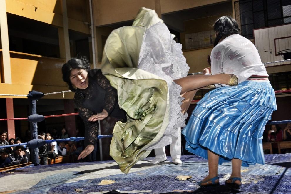 """21.BOLIWIA, La Paz, 26 czerwca 2010: Włoch Daniele Tamagni zdobył II nagrodę w kategorii """"Sztuka i rozrywka - reportaż"""" za zdjęcia cholitas -   boliwijskich zapaśniczek. PAP/EPA."""