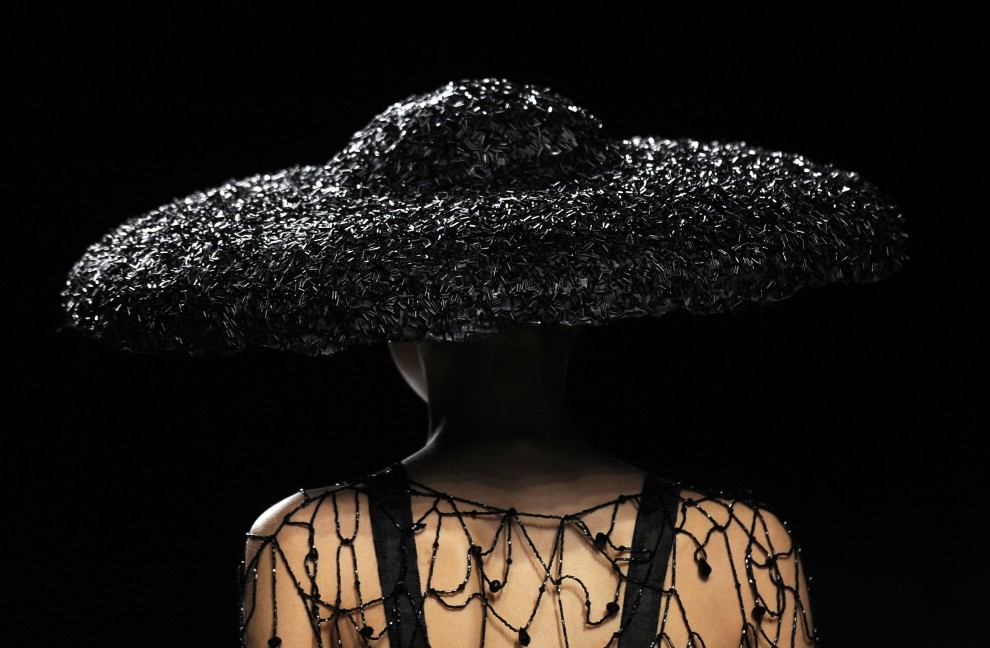 22. HISZPANIA, Madryt, 23 lutego 2011: Modelka na pokazie Lluisa Corujo. AFP PHOTO/ DANI POZO