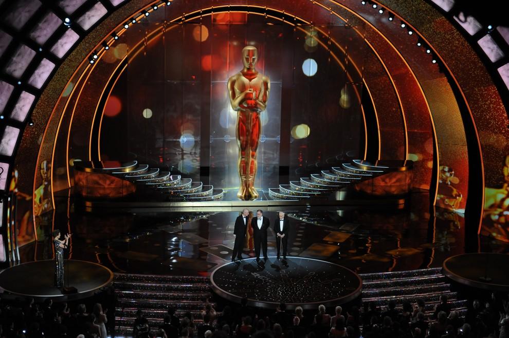 22. USA, Hollywood, 27 lutego 2011: Francis Ford Coppola (w środku) w towarzystwie Kevina Brownlowa (po lewej) i Eli Wallacha (po prawej). AFP PHOTO / GABRIEL BOUYS