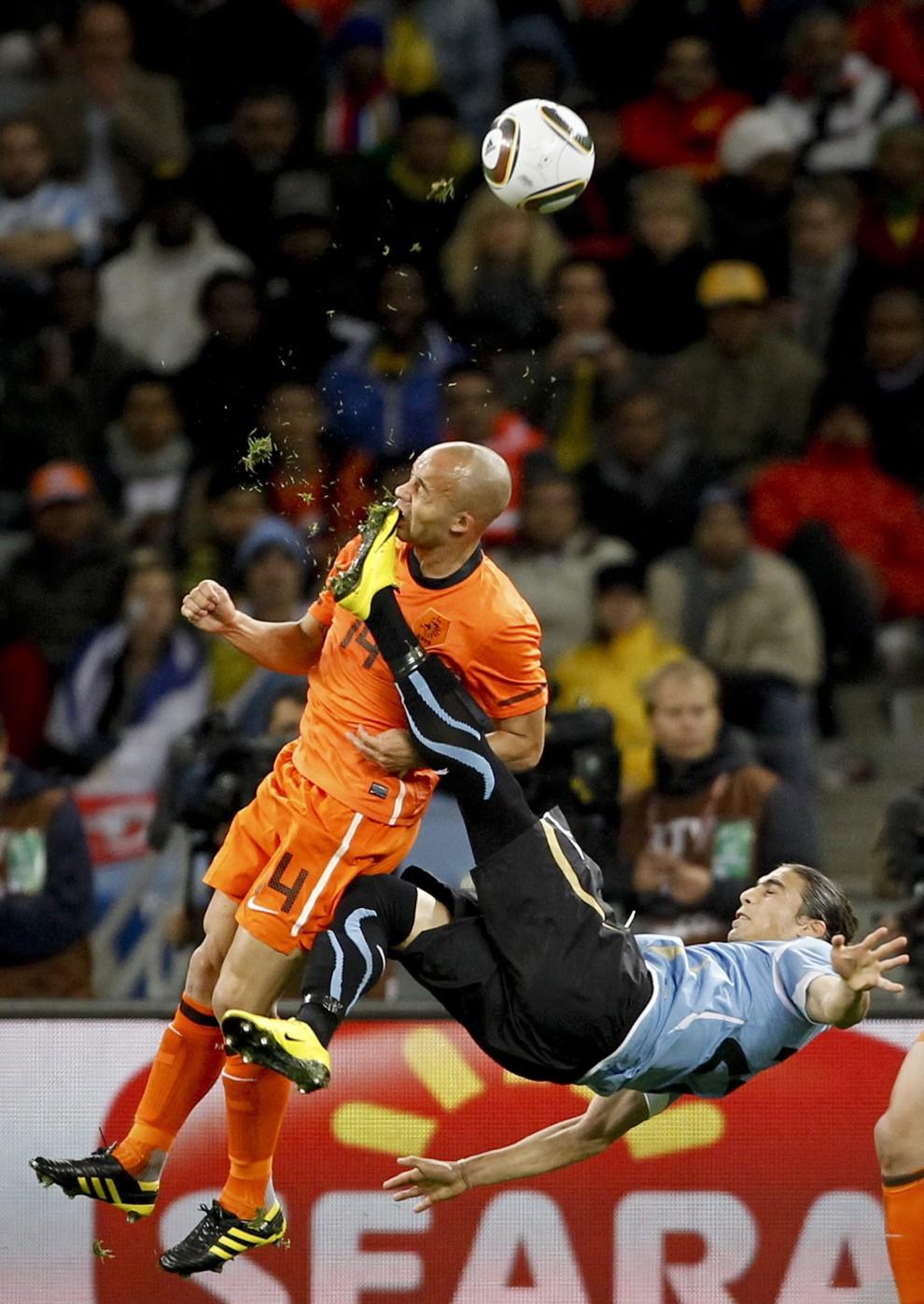 """22.Mike Hutchings z RPA zdobył I nagrodę w kategorii """"Sport - pojedyncze zdjęcie"""" z półfinału Mistrzostw Świata w Piłce Nożnej w Cape Town. PAP/EPA."""