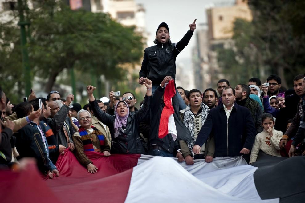 23. EGIPT, Kair, 9 lutego 2011: Tłum Egipcjan protestujących na ulicach w Kairze. AFP PHOTO/PEDRO UGARTE