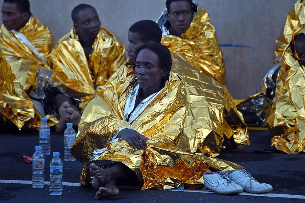 23. HISZPANIA, La Gomera, 3 lutego 2009: Grupa uciekinierów z Afryki ogrzewa się po przybyciu na Wyspy Kanaryjskie. AFP PHOTO STR