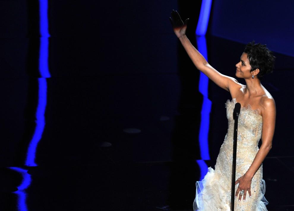 23. USA, Hollywood, 27 lutego 2011: Halle Berry wchodzi na scenę aby wręczyć Oscara. AFP PHOTO / GABRIEL BOUYS