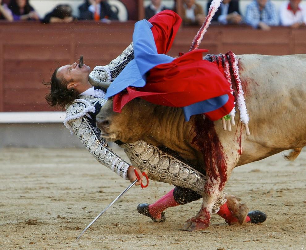"""23.Gustavo Cuevas z Hiszpanii zajął drugie miejsce w kategorii """"Sport - zdjęcie pojedyncze"""" za fotografię torreadora Julio Aparicio. PAP/EPA."""