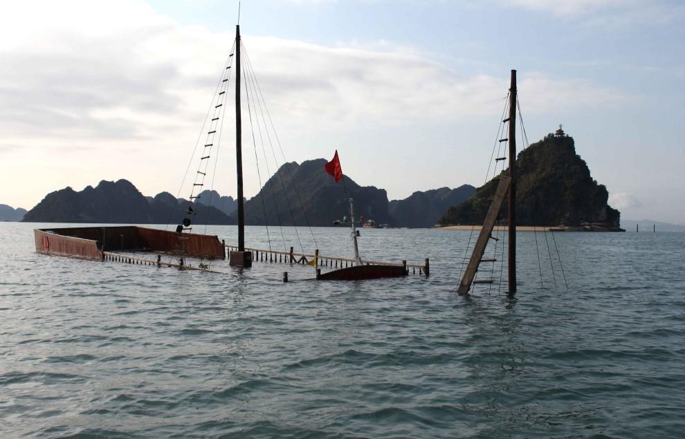 24. WIETNAM, Zatoka Halong, 17 lutego 2011: Łódź turystyczna, która zatonęła w zatoce Halong. AFP PHOTO