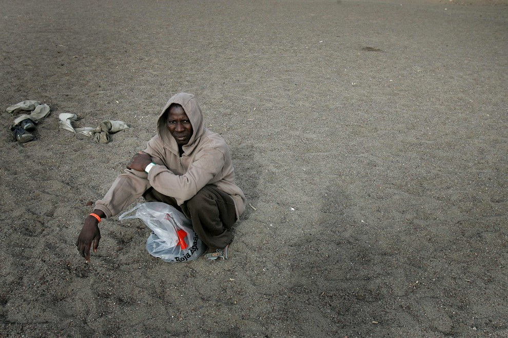 24. HISZPANIA, Teneryfa, 11 listopada 2008: Mężczyzna zatrzymany na plaży La Tejita na Teneryfie. AFP PHOTO / Desiree Martin /AFP PHOTO