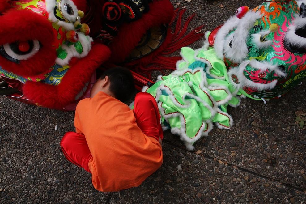 24. AUSTRALIA, Sydney, 6 lutego 2011: Chłopiec zagląda do wnętrza kostiumu smoka. (Foto: Lisa Maree Williams/Getty Images)