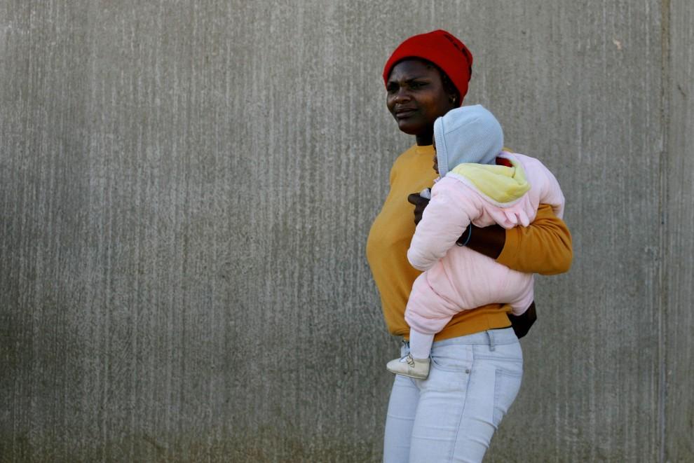 25. HISZPANIA, Melilla, 31 stycznia 2006: Kobieta z dzieckiem w ośrodku przejściowym dla imigrantów. AFP PHOTO/ JOSÉ LUIS ROCA