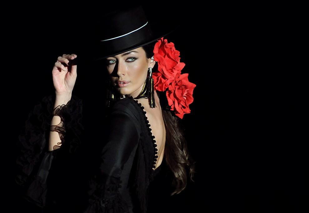 25. HISZPANI, Sewilla, 3 lutego 2011:  Modelka na pokazie kolekcji Pilar Vera. AFP PHOTO/ CRISTINA QUICLER